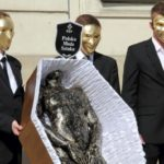 Artysta domaga się zmian, szokując formą protestu