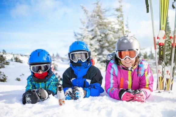 Gadżety na zimowe wyjazdy Styl życia, LIFESTYLE - Przygotowując się do zimowych wyjazdów i aktywności na świeżym powietrzu, warto zadbać o pełen komfort, kompletując odpowiedni ekwipunek.