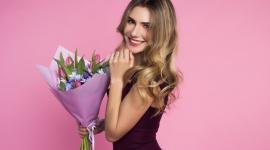 Co kobiety uwielbiają dostawać na Dzień Kobiet? Styl życia, LIFESTYLE - Dzień Kobiet nie jest ani reliktem z przeszłości, ani banalnym świętem. Większość z nas bardzo lubi 8 marca. Wciąż najchętniej wręczamy kobietom kwiaty, najczęściej róże, tulipany i goździki.