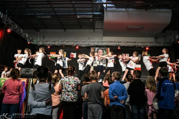 Niezwykły Brave Kids znów w Wałbrzychu! Styl życia, LIFESTYLE - Brave Kids wraca w nowej formule. Tym razem bez gości z zagranicy, lecz wciąż różnorodnie i kreatywnie. Młodzi artyści samodzielnie przygotują spektakl podczas warsztatów artystycznych z elementami tańca i teatru. Najpierw zaprezentują go w Wałbrzychu, a później we Wrocławiu.
